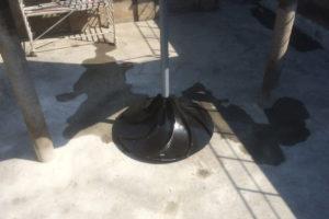 In het zwart uitgevoerde enkele menger in rechthoekig bassin.