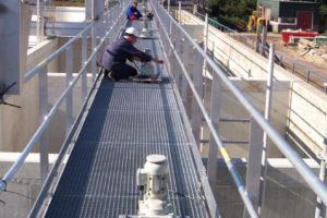 Montage van de funderingsplaten op de brugconstructie.