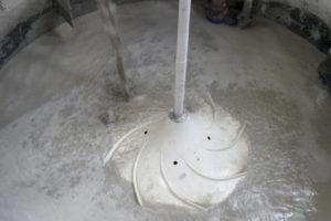De hyperboloïde menger toegepast in de spoelwatertank van een betonfabriek.