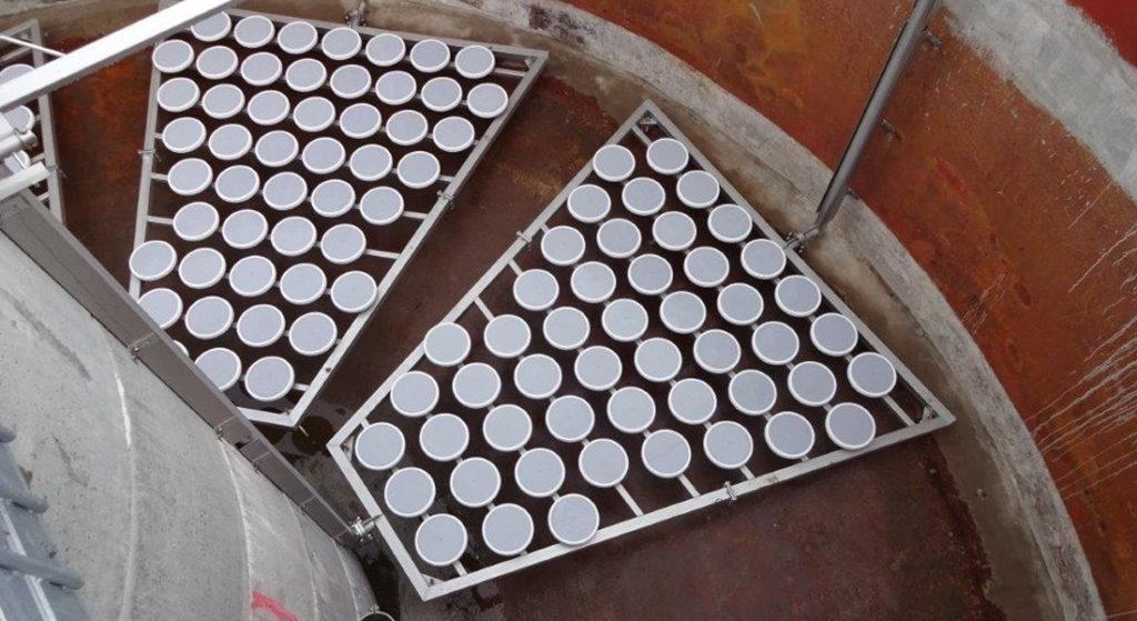 Op een frame gemonteerde fijne bellen beluchtingsschotels.